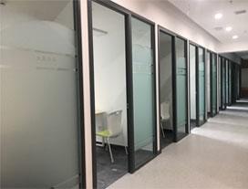 某教育培训机构钢化玻璃隔断